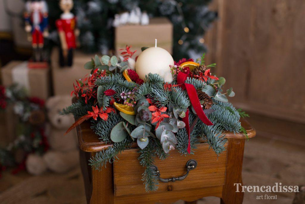 Pequeño centro redondo realizado con elementos naturales, ideal para decorar las mesas en estas fiestas.