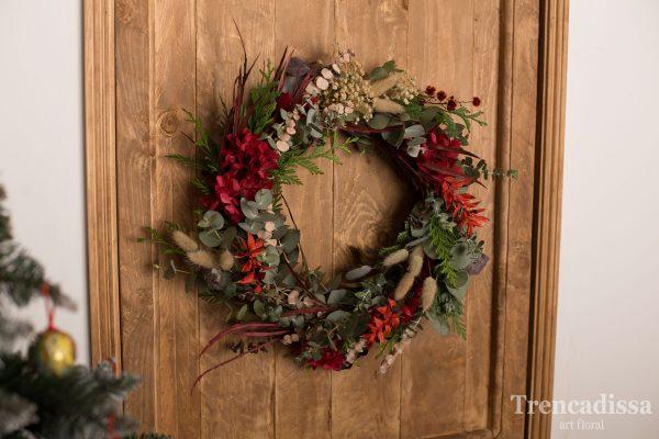 Preciosa corona realizada artesanalmente con elementos naturales, secos y preservados, para decorar las puertas o paredes de vuestros hogares.