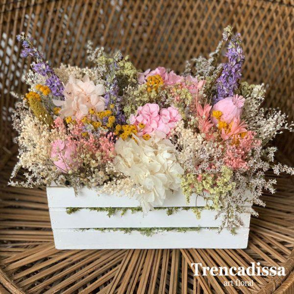 Caja de madera con flor seca y preservada