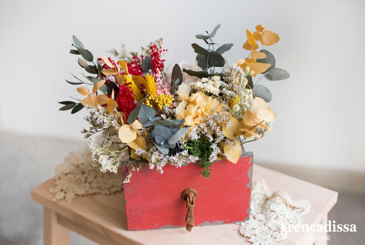caja roja decorada con flor seca y preservada