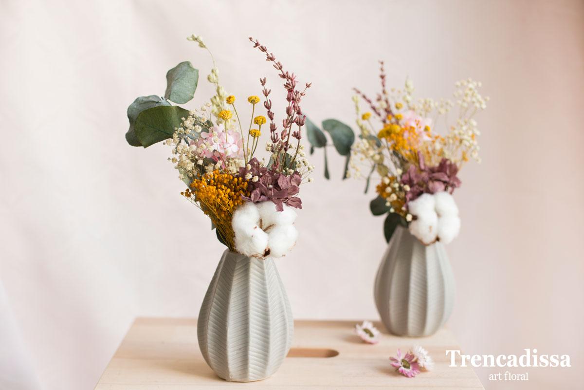 Jarrones de color gris con flor seca y preservada