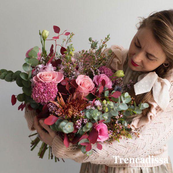 Rosas rosa Hortensia rosa Eucalipto cinerea Eucalito teñido rosa Lithiantus rosa Anastasia naranja Flor de cera rosa Alhelí rosa