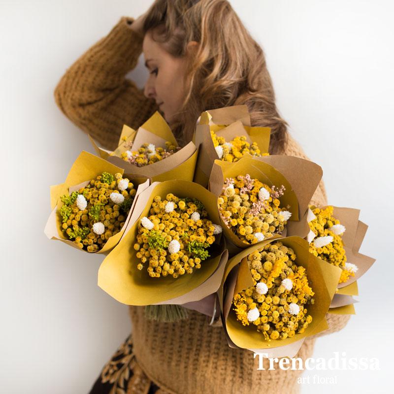 Bouquets de manzanilla seca com bloom verde, amarillo o rosa