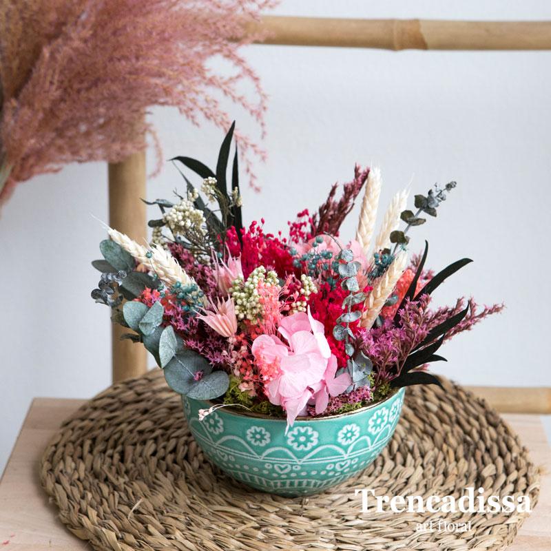 Bol de ceràmica realizado con hortensia preservada, eucalipto preservado, flor de arroz preservado, bloom, trigo, tatarica y flor seca variada