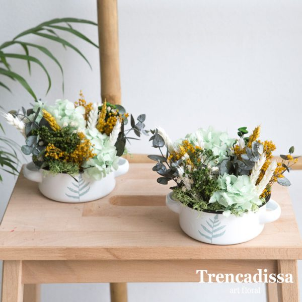 cazuela de metal decorada con hortensia verde preservada, eucalipto preservado, trigo, bloom, botao presrervado y flor seca variada