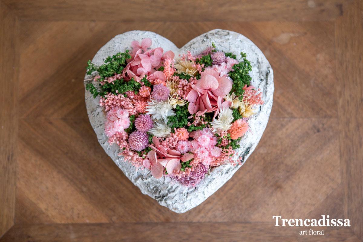Corazón de ceramica con flor seca y preservada