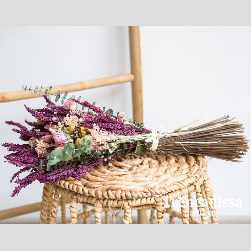 Garba realizada con lavanda preservada rosa, eucalito preservado, perpetuina rosa, bloom rosa, manzanilla, phalaris, lagurus