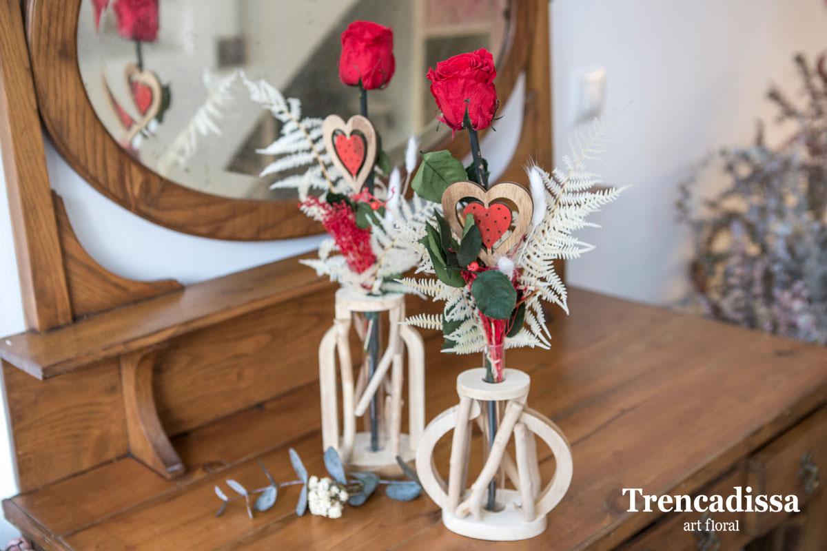 Rosa preservada en jarrones de madera