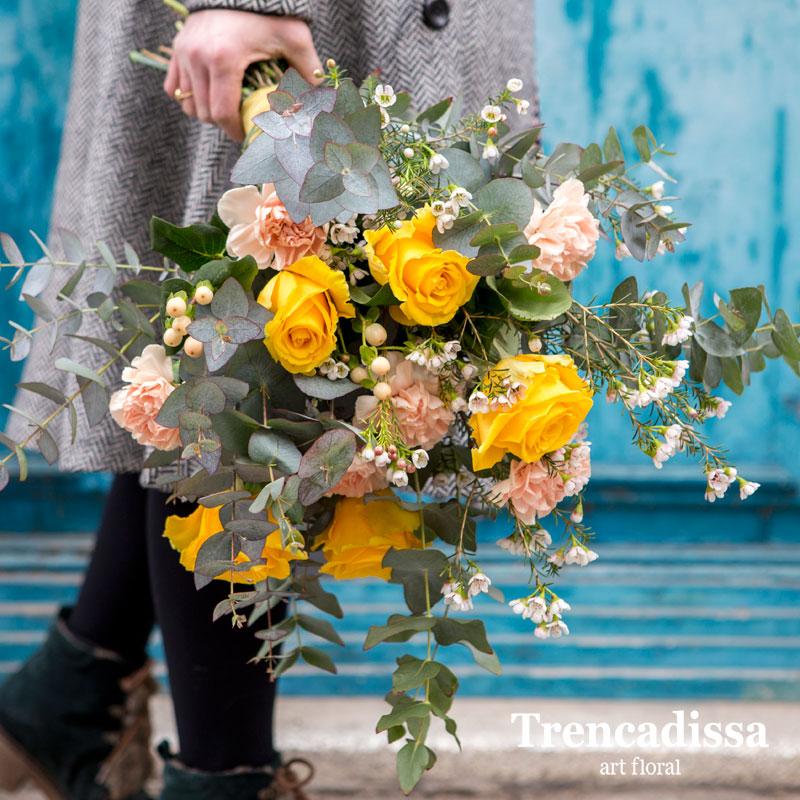 Ramo natural realizado con 5 rosas amarillas, 5 claveles rosa palo, eucalipto y flor de cera.
