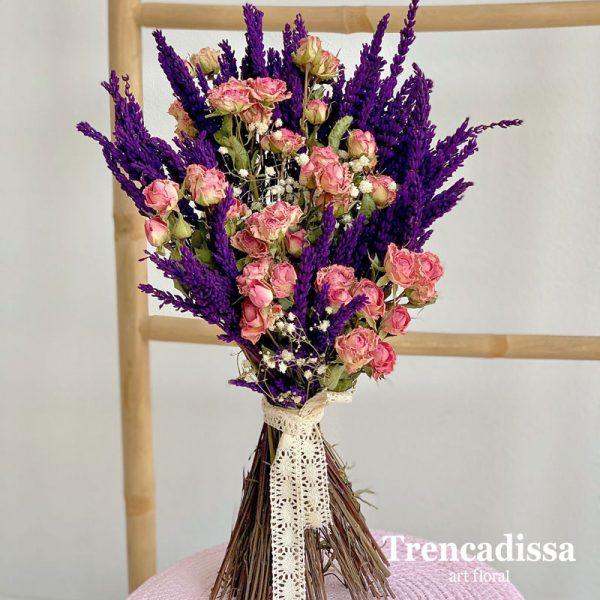 Ramo realizado con lavanda lila preservada, rosa spray seca y ghypsophila preservada