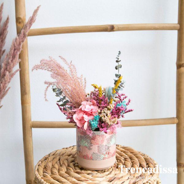 Recipiente cerámico decorado con hortensia, eucalipto preservado, plumero, bloom, trigo, confetti, tatarica y phalaris