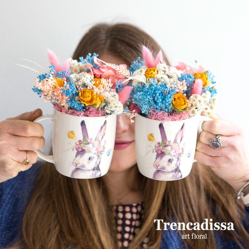 Tazas decoradas con hortensia preservada, rosa spray amarilla, bloom, phalaris rosa, helecho preservado y flor seca