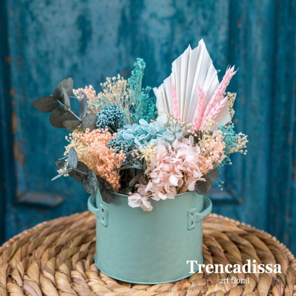 Recipiente metálico con flor seca y preservada