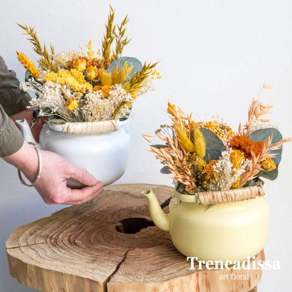 Teteras metálicas con flor seca y preservada
