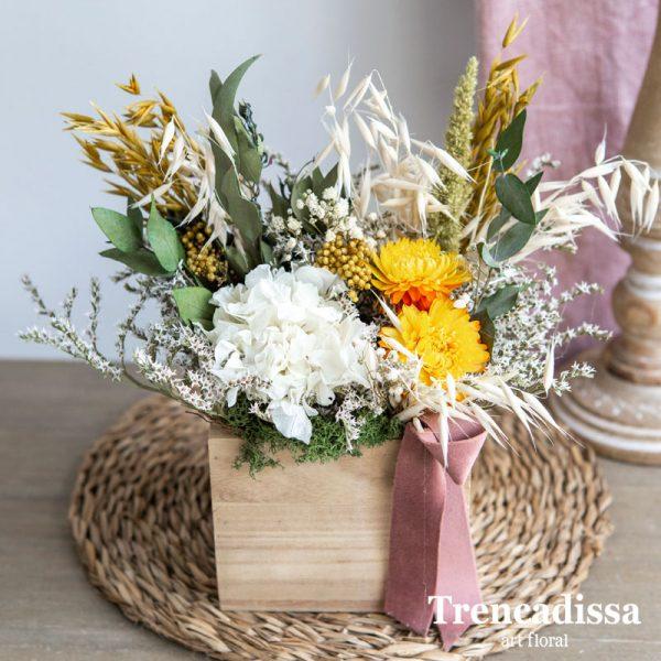 Caja de madera con flor seca y preservada en tonos blanco y amarillo