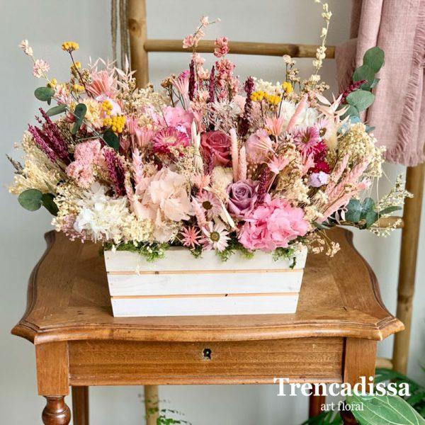 Caja de madera con flores secas y preservadas en tonos rosados