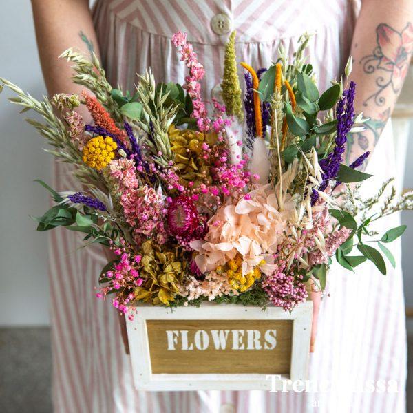 Caja de madera decorada con flor seca y preservada en tonos variados