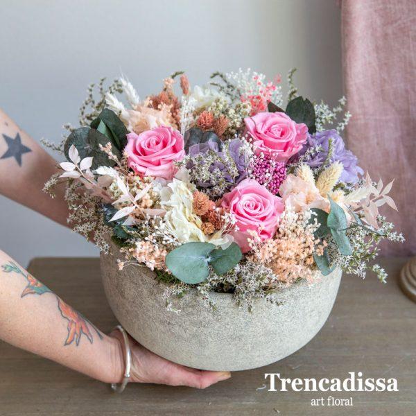 Centro de cerámica con rosas preservadas