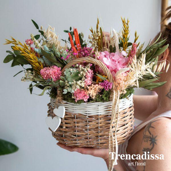 Cesta de mimbre decorativa con flor seca y preservada