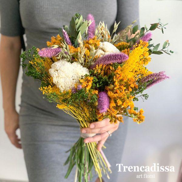 Ramo decorativo con flor seca y preservada en tonos naranja, blanco, lila y verde