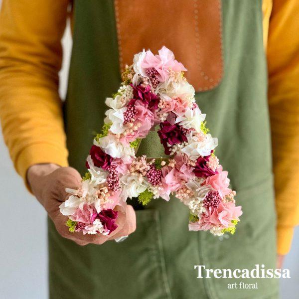 Letra decorada con flor seca y preservada tonos burdeos, rosa y blanco