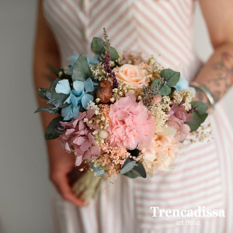 Ramo de novia con rosa y flor preservada