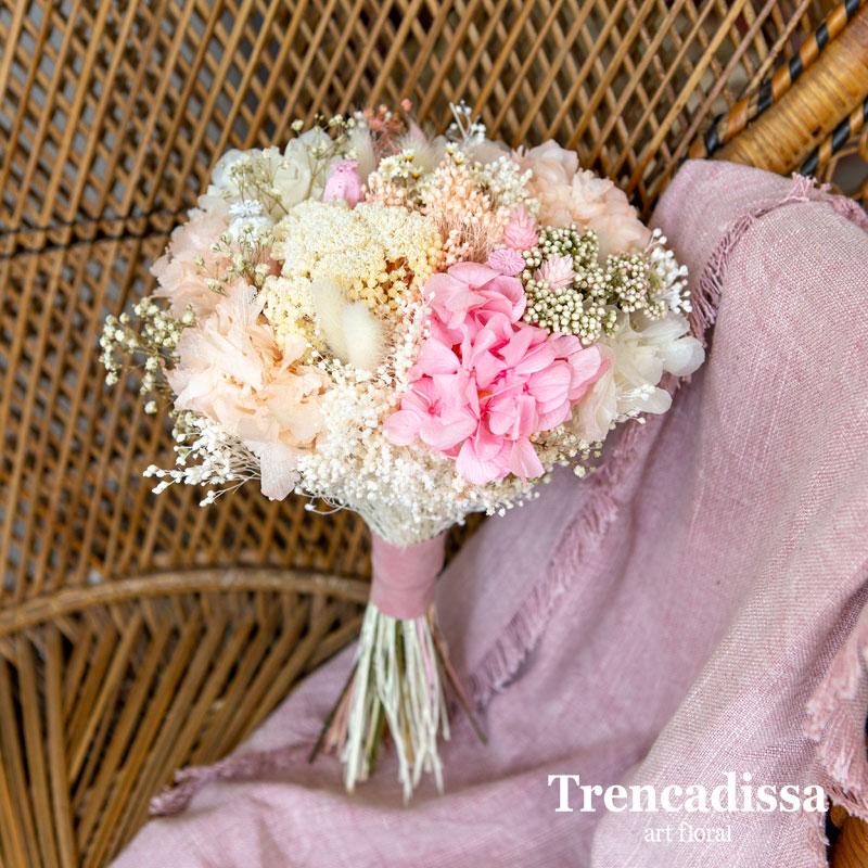 Ramo de novia con flor seca y preservada en tonos rosa, beig y blancos