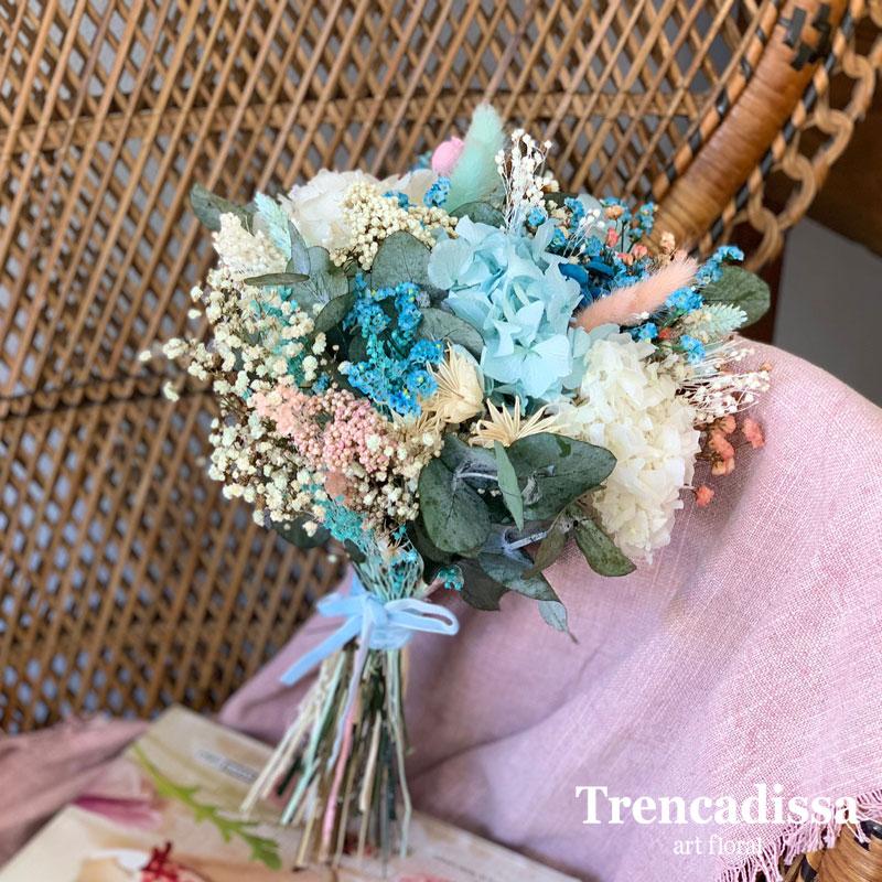 Ramo de novia con flor seca y preservada en tonos azules y truquesa