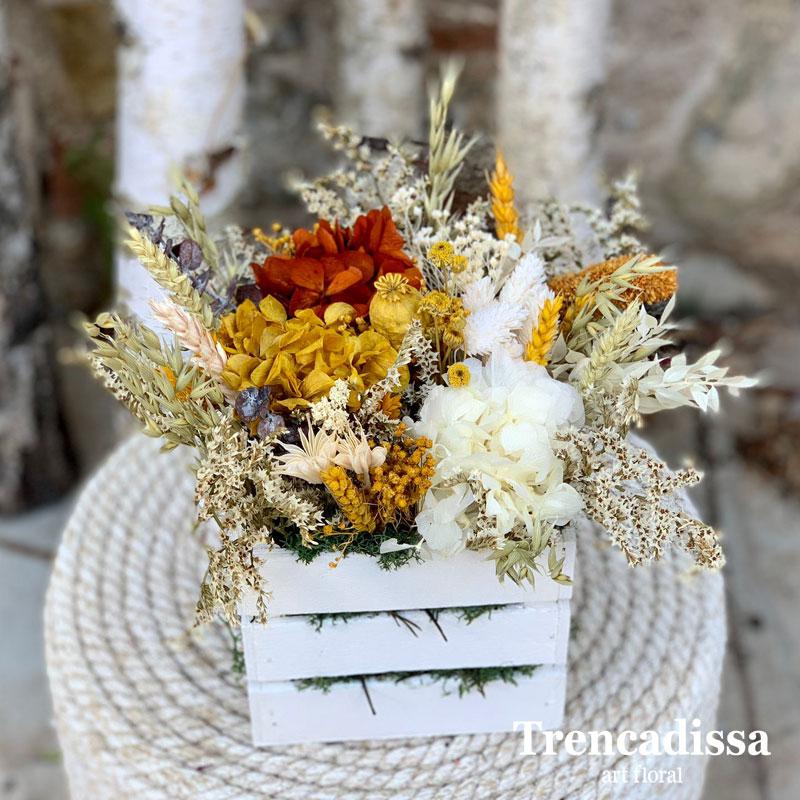 Caja de madera con flor seca y preservada en tonos blanco, ocre y teja