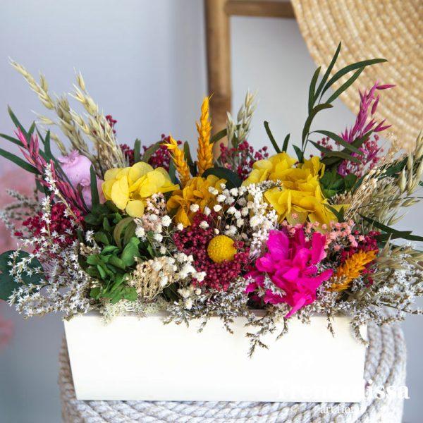 madera con flor seca y preservada en tonos rosa, ocres, verde...