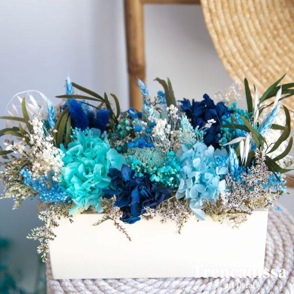 madera con flor seca y preservada en tonos azules
