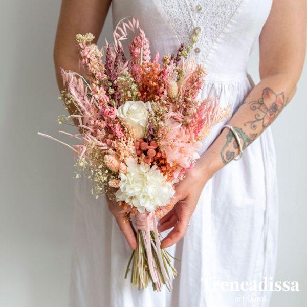 Ramo de novia con flor seca y preservada en tonos rosa, con rosa blanca