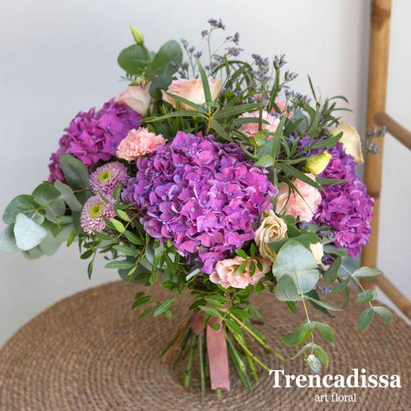 Ramo natural con hortensias, rosas de jardín inglesas, rosas spray, lisianthus, margaritas, limonium, eucaliptos