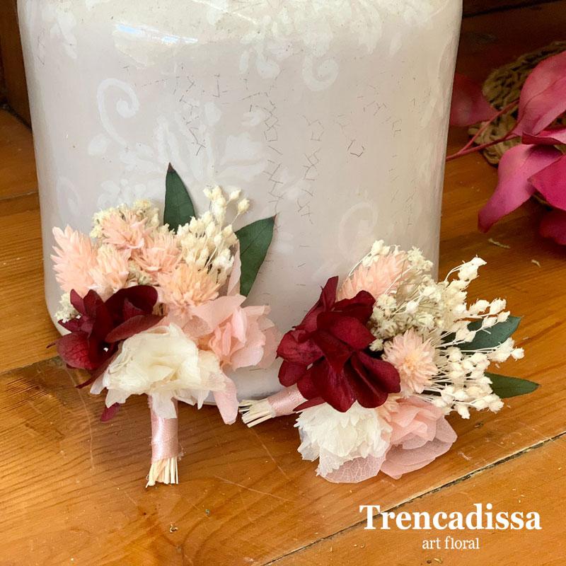 Solapas o prendidos en tonos rosa, blanco y burdeos
