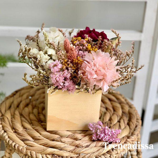 Caja de madera con flor seca y preservada en tonos rosa y burdeos