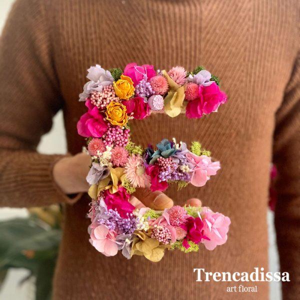 Letras con flor seca y preservada