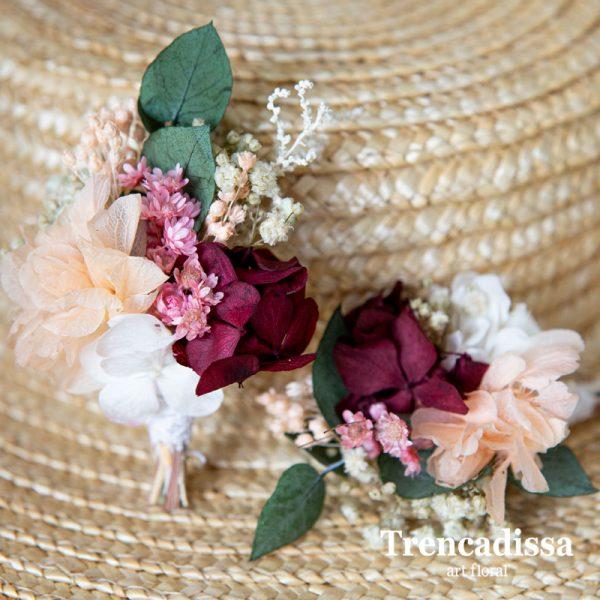 Prendido con flor preservada y eucalipto