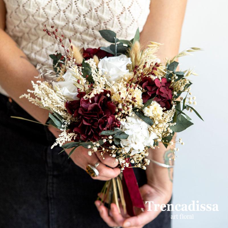 Ramo de novia preservado en tonos blanco y burdeos