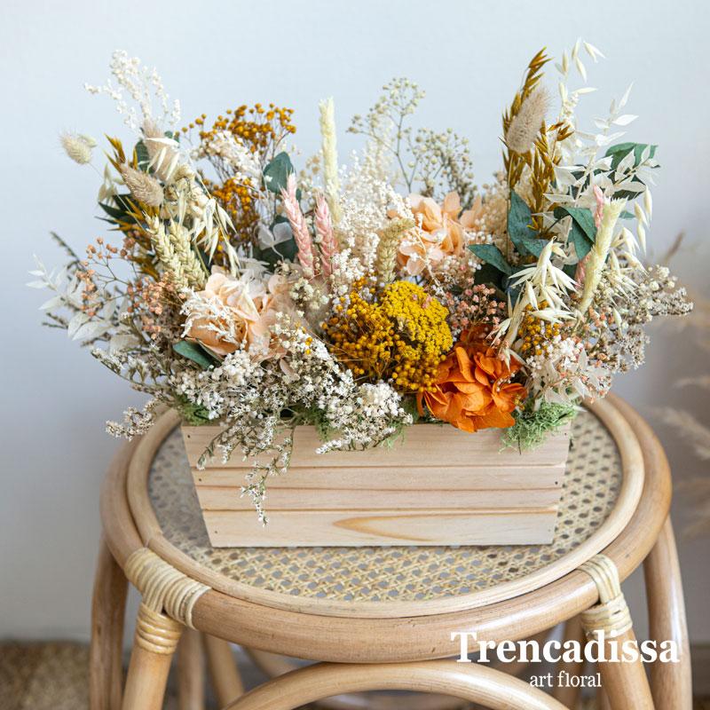 Caja de madera rectangular en tono natural con flores secas y preservadas en tonos otoñales