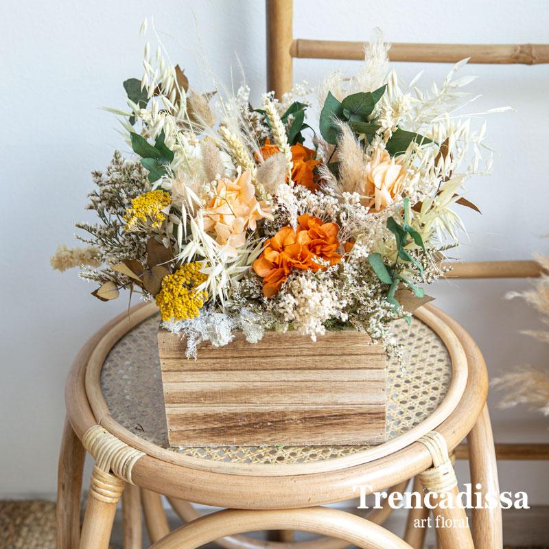 Caja de madera con flor seca y preservada otoñal