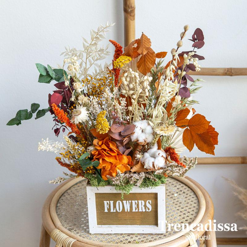 Caja de madera de estilo vintage con flores secas y preservadas