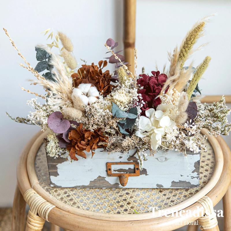 Cajón de madera con flor seca y preservada en tonos otoñales