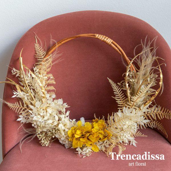 Corona decorativa con flores secas y preservadas